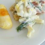 タワー・ビュッフェ - さっぱりとした白身魚のフリッターお代わりとベーコン、ソーセージ、ホウレン草グラタン、