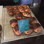 ジュエ ボワット - 料理写真:クロワッサンとパンヲショコラ。生地がものすごく美味しかったです。