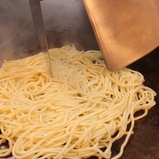 お好み焼き専用生麺をオーダー毎に茹で上げます