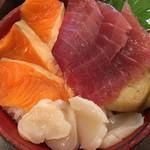 61023520 - マグロ、サーモン、ホタテ丼