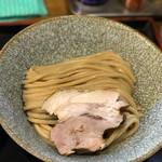 市川ウズマサ - 美しい盛り方の麺とチャーシュー