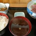 呑み喰い処 奥飛騨 - 刺身(ハマチ)定食(680円)