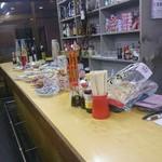 赤松酒店 - カウンターに並んだ乾きものや一品