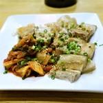 焼肉・塩ホルモン 三ちゃん - 韓国風ゆで豚  キムチ