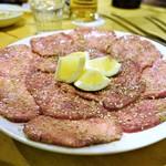 焼肉・塩ホルモン 三ちゃん - 黒タン(黒毛和牛の牛タン)