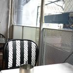 パビリオン - 高架下のテラス窓際席