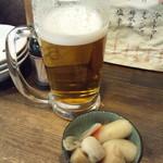 もつ焼きおとんば 北千住店 - 生ビール(390円)とお通し(200円)