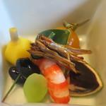 Hanakicchou - ちしゃ、黒豆、車海老、赤ワインゼリーとフォアグラ、くわい、田作り、金柑蜜煮の盛合せアップ