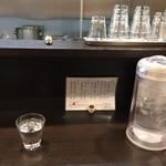 らーめん颯人 - カウンター席(水はセルフ)
