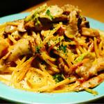 オンザテーブル バイ グッドビア フォウセッツ - ポルチーニ茸のクリームパスタ