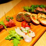 オンザテーブル バイ グッドビア フォウセッツ - 前菜盛り合わせ 柿と生ハム、ホタテのカルパッチョ、アンチョビとオリーブのタプナード、フムス、鴨の冷製ロースト