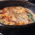 61051410 - 柳家つけめん830円のつけ汁…キムチ、納豆、ニラ、もやし、溶き卵、ラー油などが入っています
