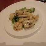 中国料理 白楽天 - 海老と花イカの豆鼓炒め サラダとともに