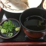 手打うどん まき - 薬味は練り山葵とネギ〜