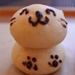 ひるぜんファーマー - ねこちゃんのパン。ひるぜんファーマーは普通のパンもいろいろあるけどつい、1つはかわいいパンを買ってしまうんだよね~ニコニコされると食べづらい~