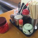 松ちゃんラーメン - 卓上の 調味料 紅ショウガは有る