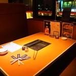 焼肉 玄 - 店内(テーブル席)