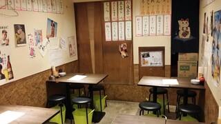 もつ焼き おとんば 上野店 - 奥のテーブル席にはまだ客はいない。
