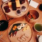 61085074 - 「茶間食」¥3780 上段は甘いもの、下段は塩気のあるもの
