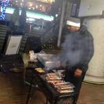 アジアンダイニング&居酒屋 アミナ - 寒風の中、ヤキトリを焼くレザウル社長。(撮影承諾済)
