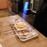 61087688 - 焼き鳥をテーブルで炙るパフォーマンス