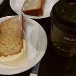 61091196 - シフォンケーキとコーヒー