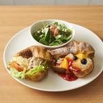 サンポ カフェ - 料理写真:サラダと食事とデザートがワンプレートになってます。