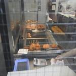 岡西精肉店 - 揚げている所