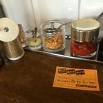 三河開化亭 - すり胡麻、摩り下ろしニンニク、ニンニクチップ 辛子味噌、胡椒が置いて有りました。