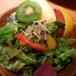 ドゥ・レコンパンス - セットの生野菜サラダとフルーツ