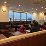 ドトールコーヒーショップ - JR八王子駅の北口にあるドトールへ☆彡 ビルの2Fにあるお店は結構広く朝は1人客も多い。 テーブル席の他にカウンターもあり、きちんと分煙されてるみたい。WiFiも使えるみたいだしゆっくりできる雰囲気♪