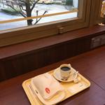 ドトールコーヒーショップ - テーブル席の他にカウンターもありきちんと分煙されてる。WiFiも使えるしゆっくりできる雰囲気(^^♪ カウンターから見える景色はバスのロータリー☆彡 ぼや〜っと眺めながらゆっくり出来たよ(*^.^*)