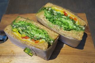 FARO - サンドイッチ ジェノバ、茄子と胡瓜、グレープフルーツのジュース添え2