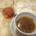 アンティーカ ピッツェリア ダ ミケーレ - スープはセロリと人参が入ったコンソメスープでした。 お冷代わりのドリンクは温かい紅茶。
