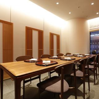 最大12名様対応の個室あり。メインダイニングは貸切も可能。