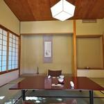 石葉 - 主室はオーソドックスですが、朱塗りの座卓にほれぼれ(^^)