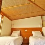 Sekiyou - 寝室は天井の低さを活かした個性的な造り。