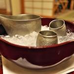 石葉 - 京都は清課堂の錫の酒器。氷を冷やす鉢もまた深い色の朱塗り。美しい(^^)