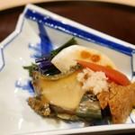 61132466 - 先附①:鮑のやわらか煮の酢の物 赤水菜、小蕪、金時人参