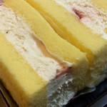 スイートガーデン神戸工場 直販店 - サンドケーキのアップ。果物少なめだからアウトレット?