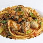 広島産牡蠣と九条葱、自家製ロザマリーナのアラビアータリングイネ