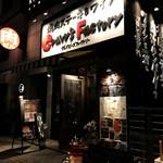 塊肉ステーキ&ワイン Gravy'sFactory - 黒・白・赤の看板が目印