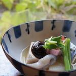 ごはんや楓屋 - 湯豆腐田楽、さごし、麩、野菜などもたっぷり盛った炊き合わせです(2017.1.12)