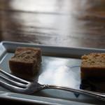 ごはんや楓屋 - デザートは焼きあがったところの、りんごと紅茶のケーキ(右)と、柚子とくるみのお餅(左)(2017.1.12)