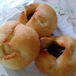 Pecori - 左:■塩バターパン 表面はカリッ、中はふわふわ。バターの香りたっぷりで塩気も丁度。 奥、右:■塩バター餡パン 表面はカリッ、中はふわふわ。餡は粒あん。微かな塩気が餡子の甘さを引き立てていました。
