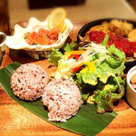 モアナキッチンカフェ - ハワイアンコンボプレート(トマトチキンソテー他)