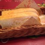 パッパパスタ - お代わり自由のパン