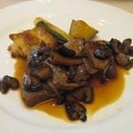 シェ アキ - 牛ヒレ肉のロースト 木の子ソース 湘南野菜のグリル添え