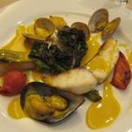シェ アキ - 真鯛とイトヨリのポアレ 貝のソース サフラン風味
