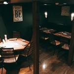 塊肉ステーキ&ワイン Gravy'sFactory - テーブル席です
